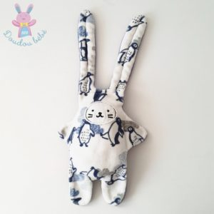 Doudou Lapin blanc et bleu motifs Pingouins KALOO