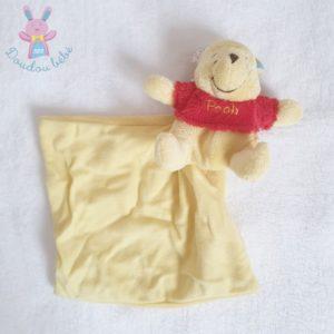 Doudou Winnie jaune pull rouge mouchoir jaune DISNEY