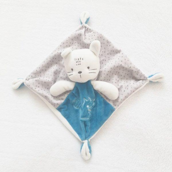 Doudou plat Chat blanc bleu gris MOTS D'ENFANTS